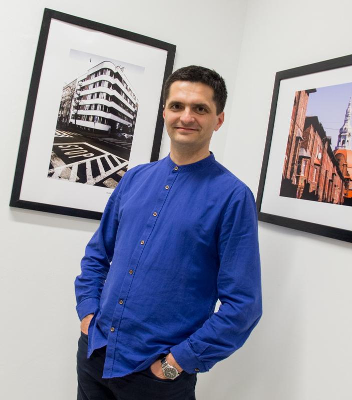 Jacek Durski (fotograf) ze swoim zdjęcie na wystawie w ZPAF Katowice